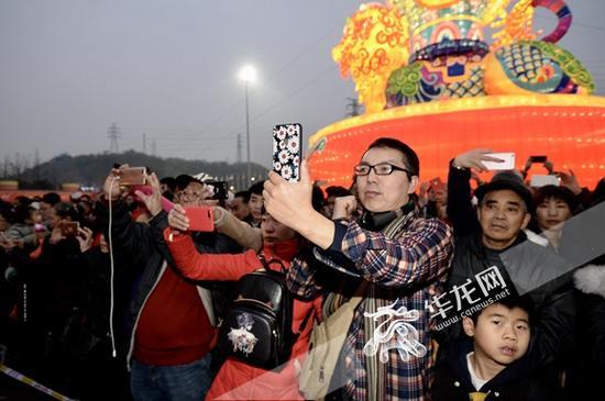 开幕式现场吸引众多游客拍照。 主办方供图 华龙网发