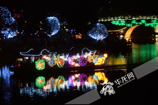 满载着炫彩灯光的游船从湖中驶过。 主办方供图 华龙网发