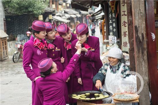 重庆客运段动妹在贵阳青岩古镇。