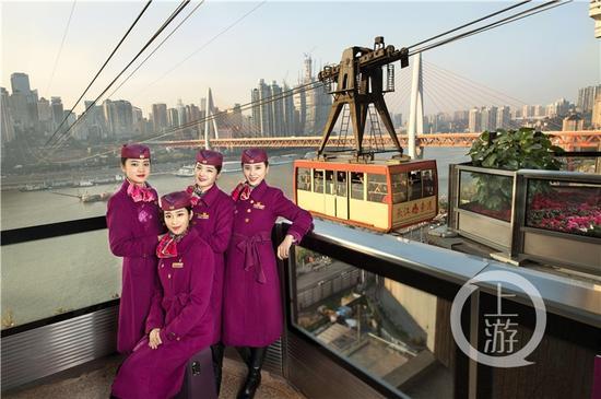 重庆客运段动妹在重庆长江索道。