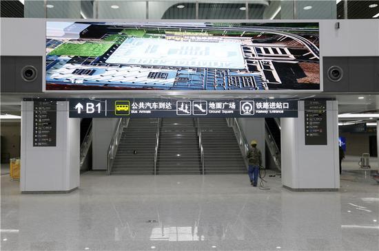在出站大厅内,有专门的出口可到公共汽车站。