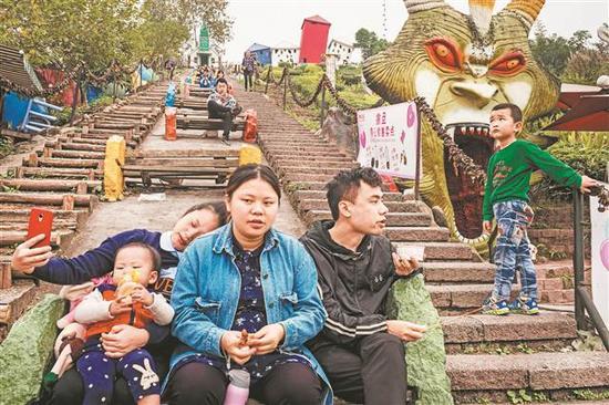 中国·重庆,洋人街游乐场。   Alex Webb/东方IC