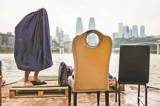 中国·重庆,长江上的游泳者。 Alex Webb/东方IC