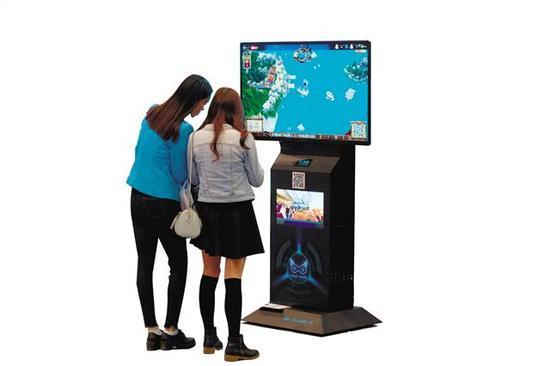 """市民在第四届""""渝交会""""上体验最新电子游戏设施"""