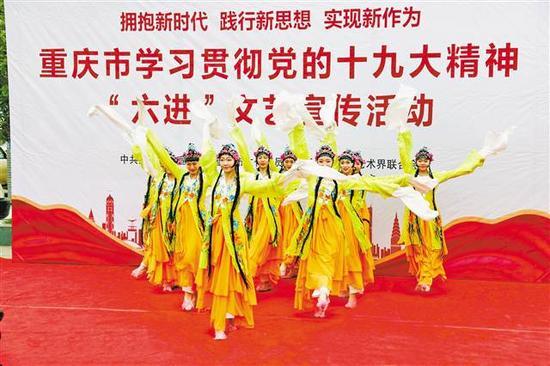 """""""六进""""文艺宣传队走进奉节平安乡。通讯员 刘滨清 摄"""