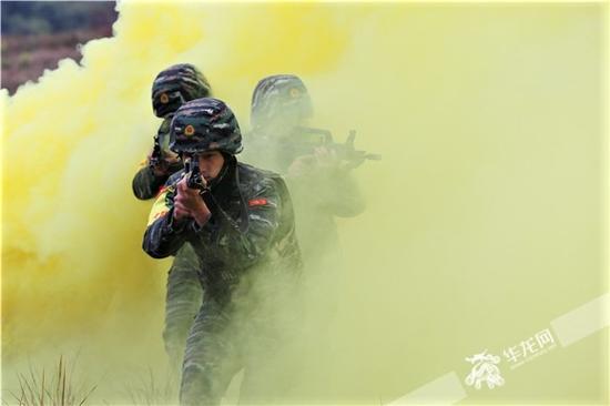 特战队员穿过浓烟实施抓捕行动。邹毅 摄