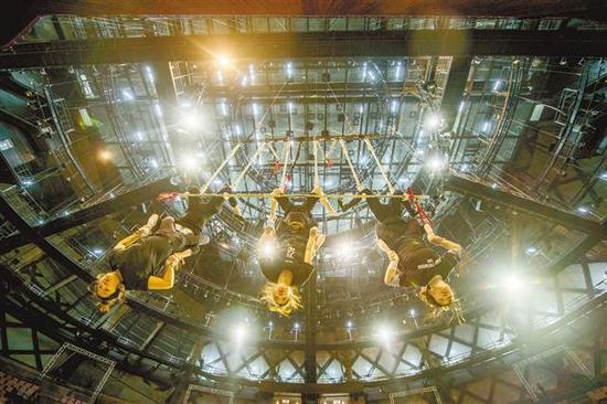 重庆国际马戏城,演员在高空道具上排练高难度动作。