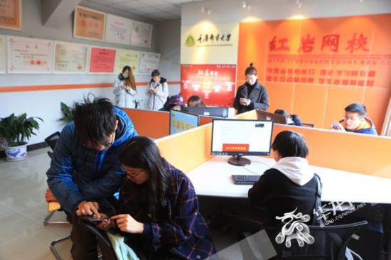 重庆邮电大学充分利用校园网络平台和各专业的学霸,带动其他同学在学习中共同进步。记者 李文科 摄