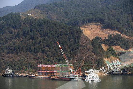 从南岸远眺江北,明月峡长江大桥钢围堰已就位。记者 李裕锟 摄
