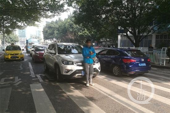 ▲年轻男子在路中央拦下私家车。