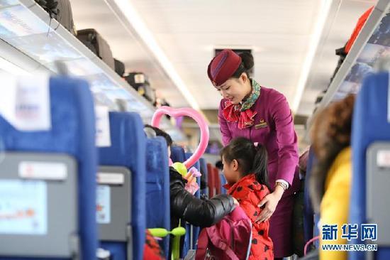 △蒋红正在提醒小朋友注意车厢安全