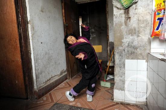 △王宝双在相对宽点的公用厨房练习跳舞。