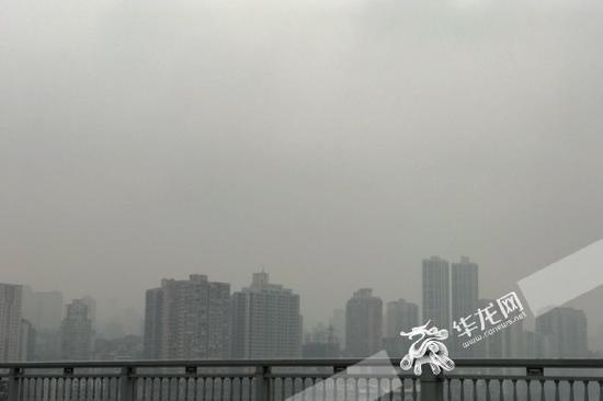 阴雨天持续,江岸雨雾弥漫。记者 李裕锟 摄