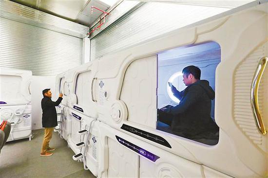 2月14日,旅客正在渝蓉高速围龙服务区,扫码消费新型休息舱。记者 罗斌 摄