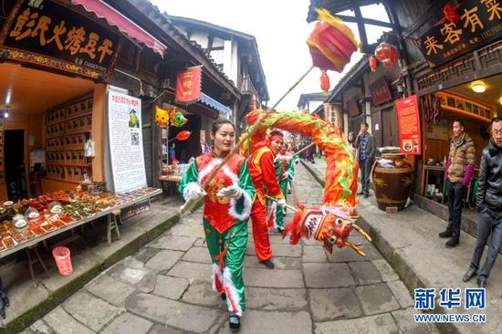 2月16日,重庆巴南区丰盛古镇舞龙迎新春。新华网 冯亚宏摄