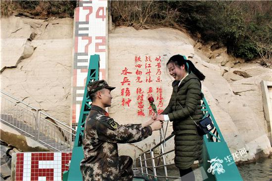 在码头上,武警官兵为爱人献上玫瑰。通讯员宋亚雷 摄