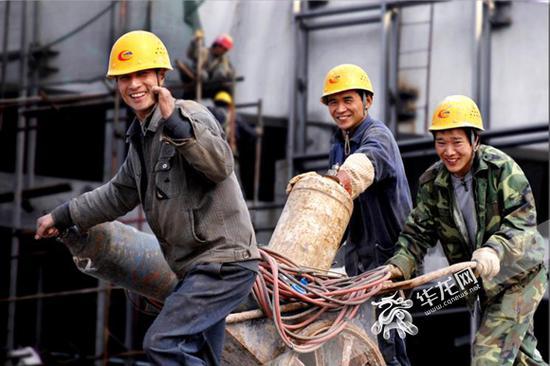 三张笑脸开启了吴崇顺长达9年的《建设者》主题拍摄.图片