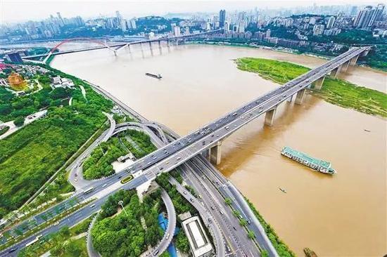 鸟瞰重庆长江大桥。王正坤 摄