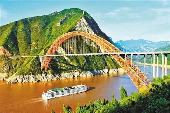 """有""""彩虹桥""""之称的巫山长江大桥。 通讯员 王忠虎 摄"""