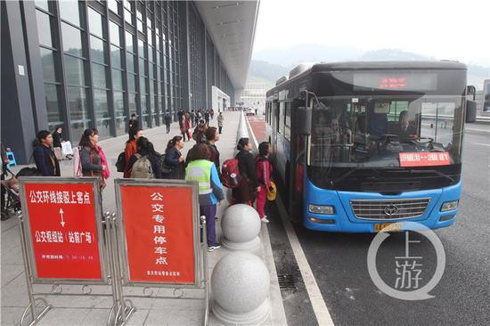 △重庆西站,旅客在公交环线接驳点排队上车。
