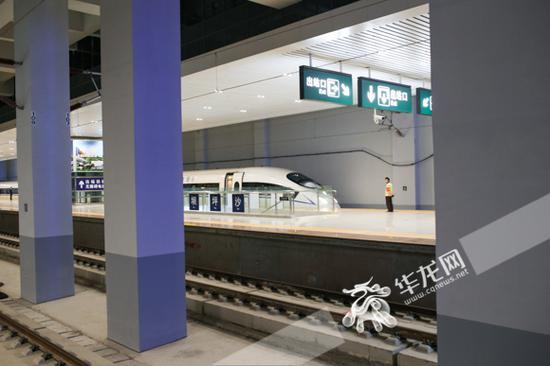 沙坪坝站,火车停靠在站台上准备发车。记者 石涛 摄