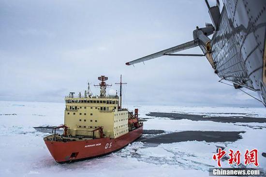 因冰层过厚,美国破冰船Laurence M Gould号无法靠近科研人员,请求阿根廷海军协助救援