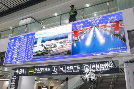 重庆西站设置了信息大屏,旅客可以实时查看站内公交车和出租车的画面。记者 石涛 摄