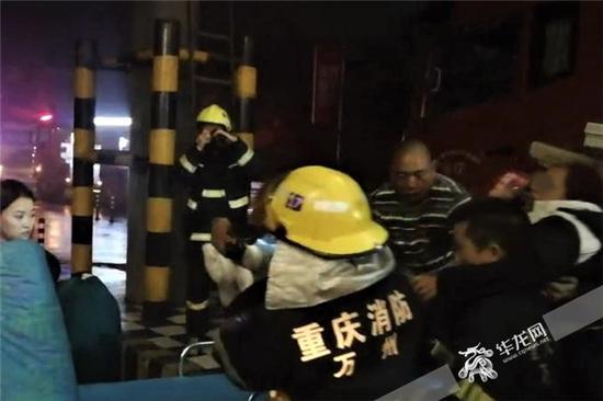 女子成功脱困之后,被送往医院接受进一步的诊治。重庆高速执法供图 华龙网发