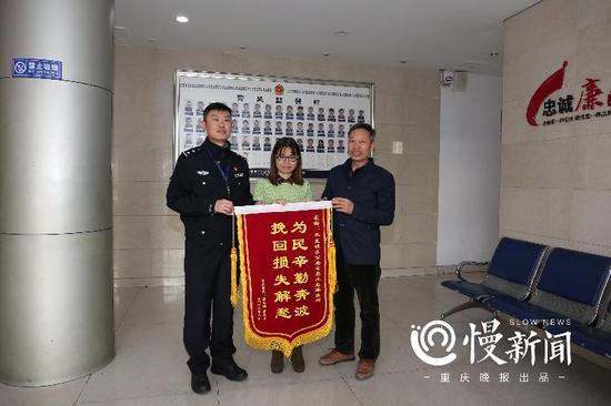3月14日,唐国华和黄秋霞以公司名义向九龙派出所送来锦旗