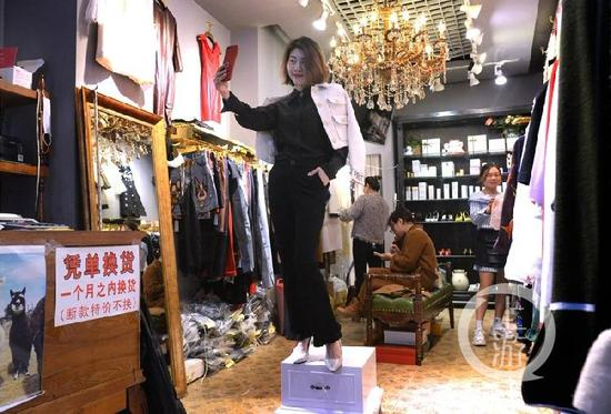 △彭林是老板,是模特,是店员,是服装搭配师