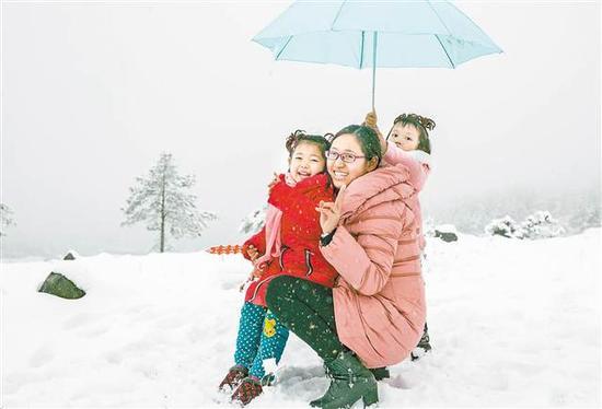 丰都 1月4日清早,丰都市民登山赏雪。通讯员 林登周 摄