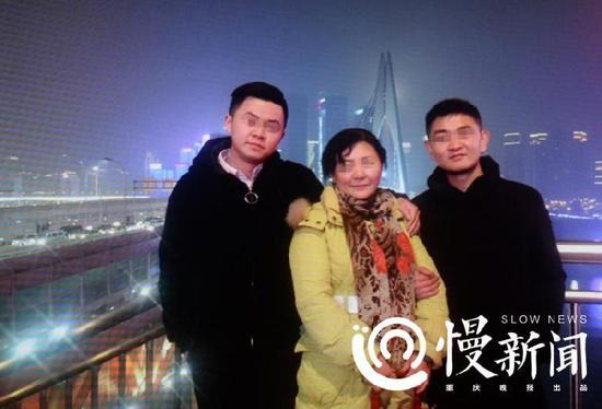 刘金心回家后,朱晓娟与两个亲生儿子的合照,右为刘金心