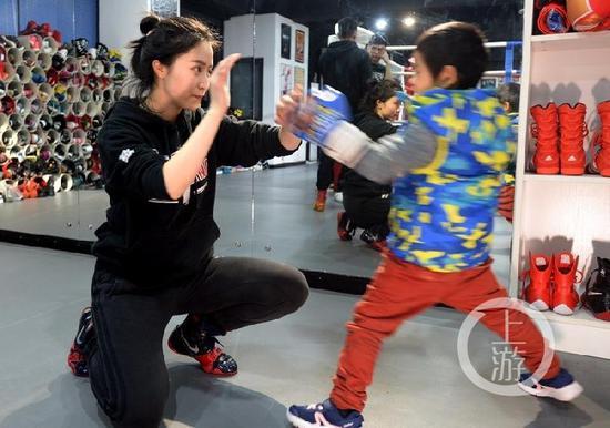 曹芯蕊在训练小朋友出拳动作。