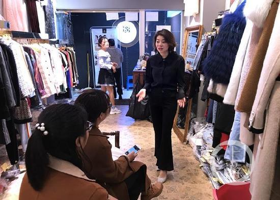 △彭林在店中跟顾客交谈