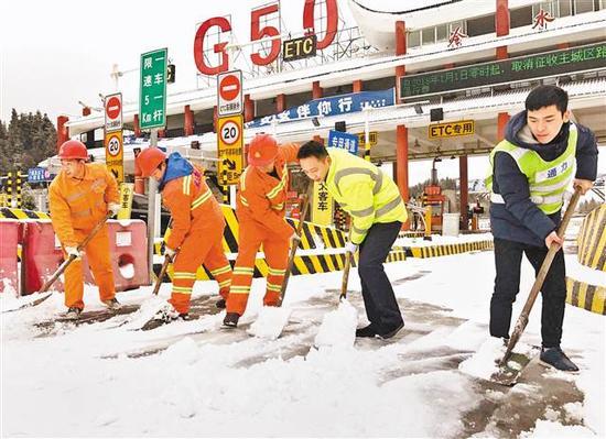 高速公路工人在清理积雪。(重庆高速集团供图)