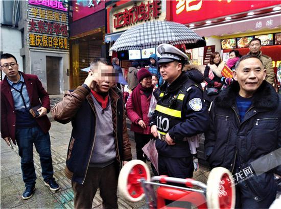 由于赵某(左二)坚称对方打人,民警让其联系雇主前来。记者张勇 摄