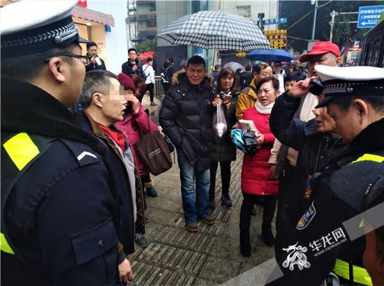 当着民警的面,公交车乘客纷纷指责中年男子(左二)的不是。记者张勇 摄