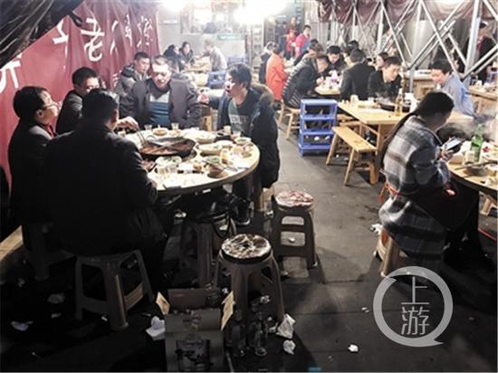 """△两江新区东湖南路,""""火锅第一街""""夜间生意火爆。"""