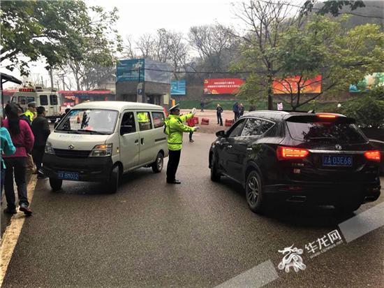民警在景区疏导道路交通。沙坪坝警方供图 华龙网发