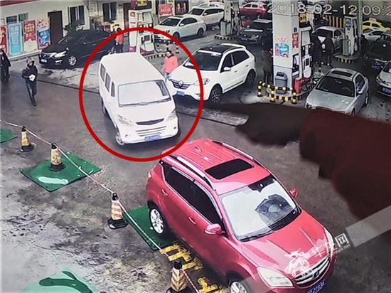 白色长安车逃离加油站的瞬间。记者张勇 摄