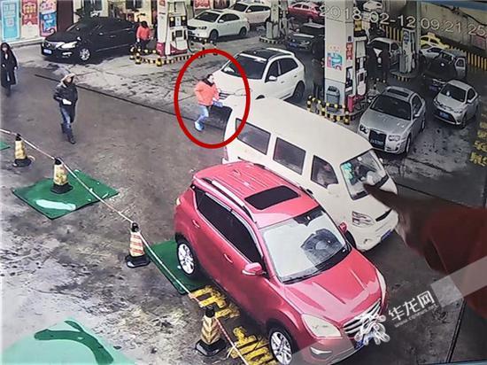发现白色长安车逃单,站长肖万勇追了上去。记者张勇 摄