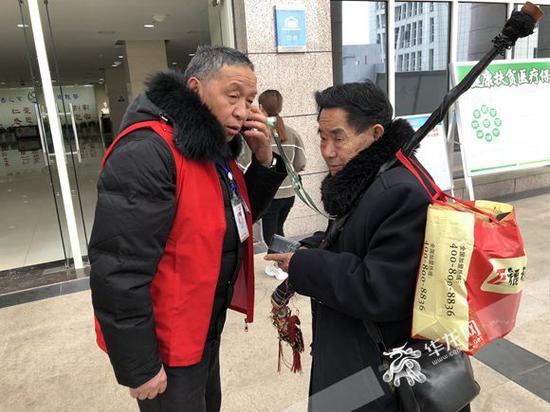 志愿者马祥兹正在与84岁老人秦天忠的家属通电话。记者 冉长军 摄
