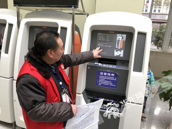 志愿者马云正在为患者打印CT片。记者 冉长军 摄