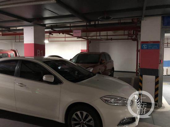 △魏先生用自己的车拦住占用自己停车位的车辆。受访者供图