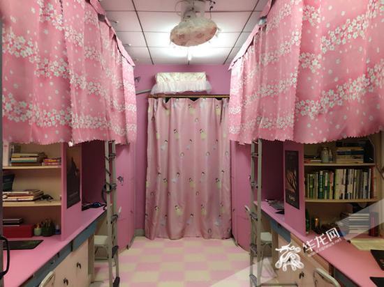 """粉色窗帘、壁纸、地垫……一走进这间寝室,仿佛进入""""粉色海洋""""。受访者供图 华龙网发"""