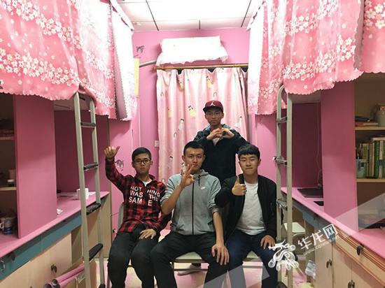 装扮后,4人越发觉得寝室是家,而对方是家人。受访者供图 华龙网发