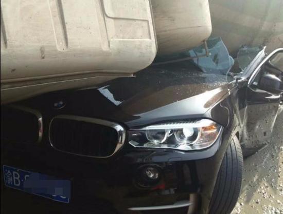 事故发生后,交警迅速抵达现场进行处理,随后,被压扁的宝马车被脱离现场。