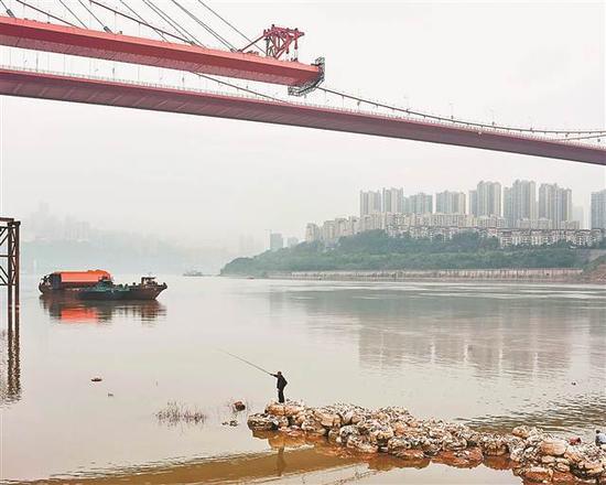 鹅公岩,大桥下的钓鱼人。