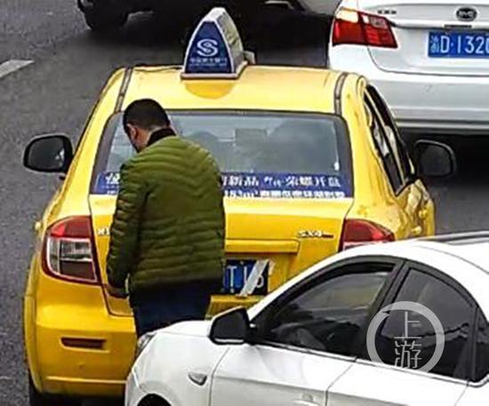 """重庆一的哥遮号牌拉客被""""天眼""""全程录下"""