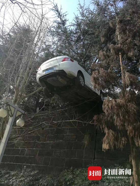 轿车被电缆线挂住